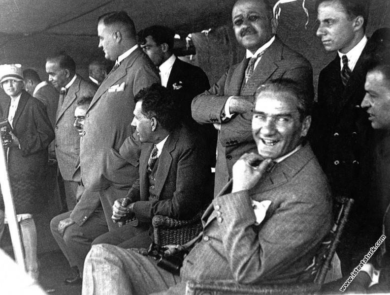 Mustafa Kemal Atatürk İstanbul Boğazı'nda Moda Deniz Yarışları'nda Söğütlü Yatı ile gezintide. (05.08.1927)