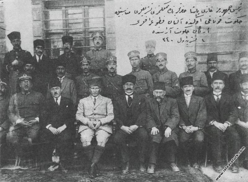 Doğu Gezisinde Mustafa Kemal ilk büyük kongreyi topladığı Erzurum'da Hükümet Konağı önünde, Vali Zühtü Bey, memur ve subaylarla. (01.10.1924)