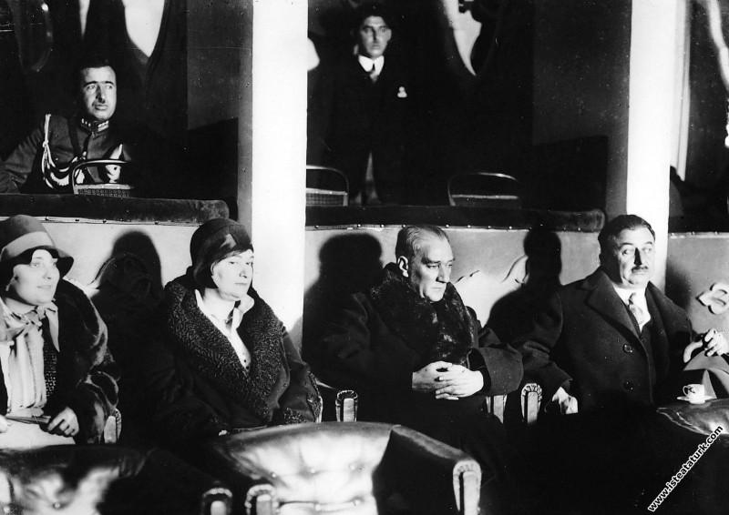 Mustafa Kemal Atatürk İstanbul Elhamra Sineması'nda. (03.12.1930)