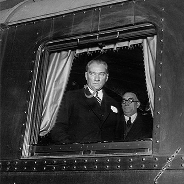Mustafa Kemal Atatürk'ün özel treniyle, Haydarpaşa Garı'ndan ayrılışı. (23.10.1932)