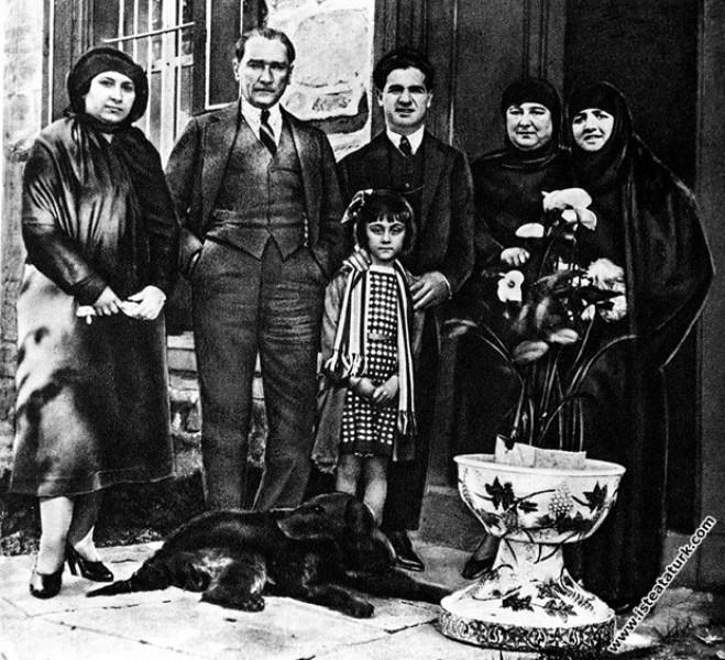 Mustafa Kemal Paşa, yakınları ve misafirleriyle bi...