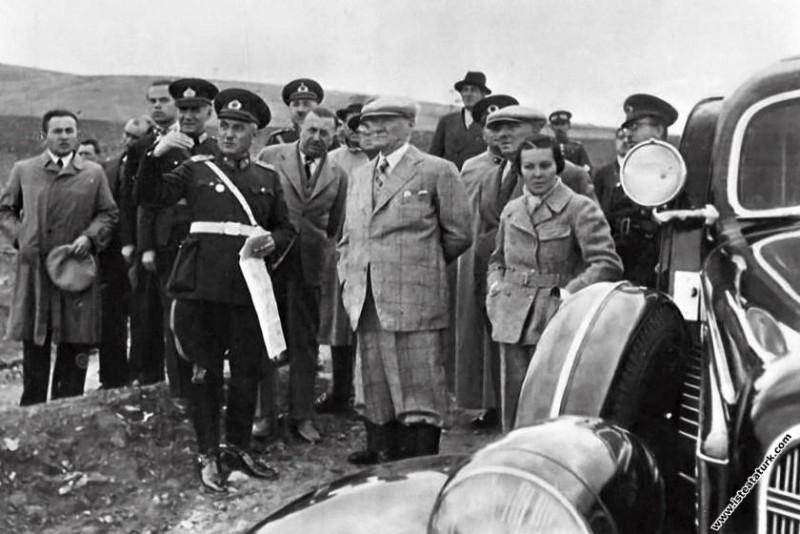 Mustafa Kemal Atatürk Tunceli-Pertek'te Singeç Köprüsü'nün açılışında. (17.11.1937)