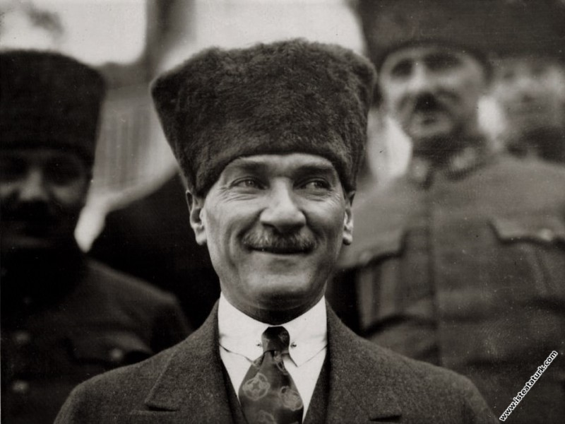 Mustafa Kemal Paşa Uşakizade Köşkü'nün önünde. İzm...