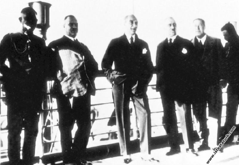Mustafa Kemal Atatürk Ege Vapuru'yla Trabzon'a giderken. (27.11.1930)