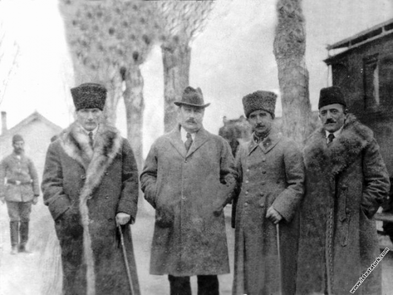 Mustafa Kemal Paşa, İsmet İnönü ve Dışişleri Bakanı Yusuf Kemal Tengirşek, Fransa Temsilcisi Franklin Bouillon ile Akşehir'de beraberler. (13.12.1921)