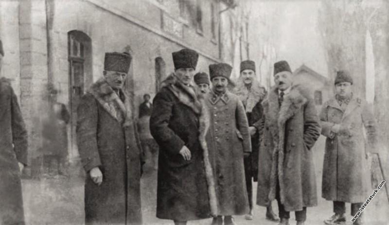 Mustafa Kemal, İsmet İnönü ve Dışişleri Bakanı Yusuf Kemal Tengirşek ile Akşehir'de. (13.12.1921)