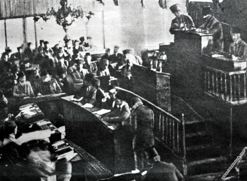 Büyük zaferden sonra Başkomutan Mustafa Kemal, Türkiye Büyük Millet Meclisi'nin Başkanlık kürsüsünde. (1922)
