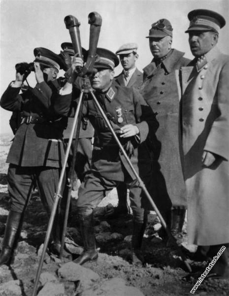 Ankara yakınlarında düzenlenen I. Ordu Tatbikatı'nda karşı siperleri ve arazini yapısını bizzat yerinde incelemekte. (08.10.1926)