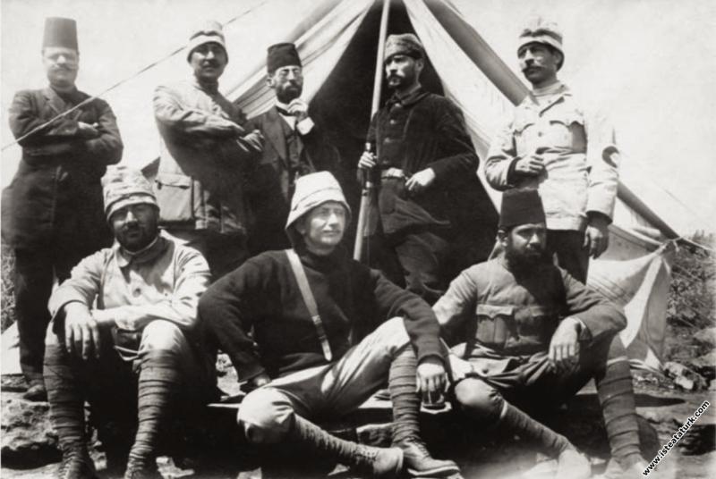 Kurmay Binbaşı Mustafa Kemal Derne'de Hilal-i Ahmer çadırının önünde silah arkadaşlarıyla. (1912)