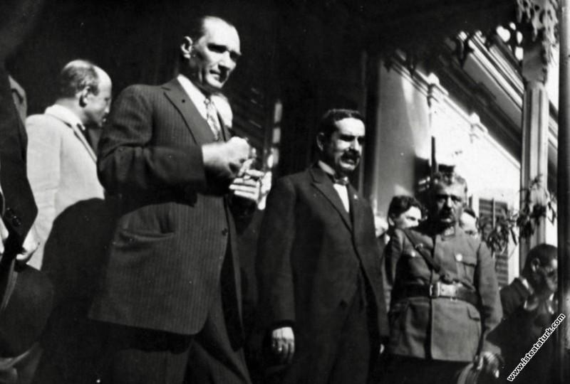 Mustafa Kemal Atatürk,  Bursa'da Hünkar Köşkü'nde ...