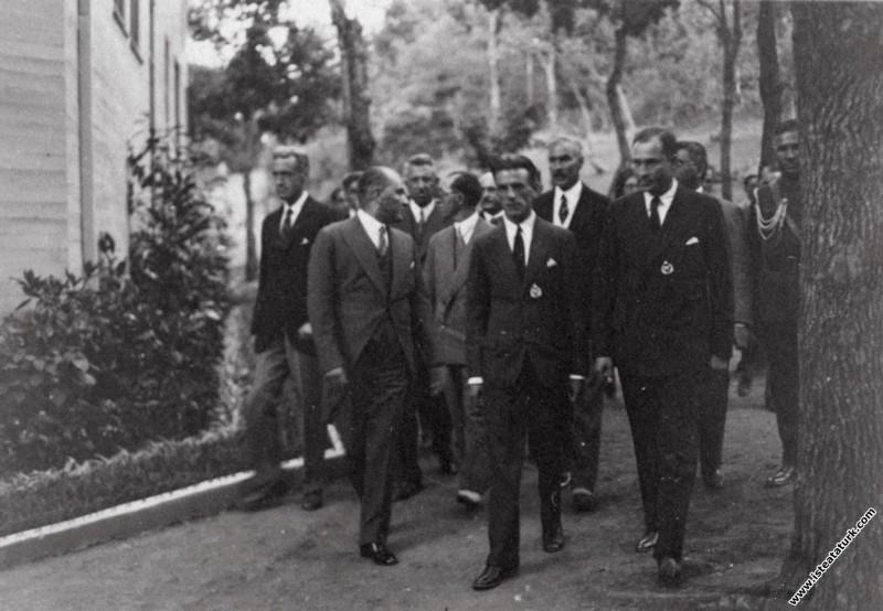 Atatürk New York'tan uçarak Atlantik'i aşıp İstanb...