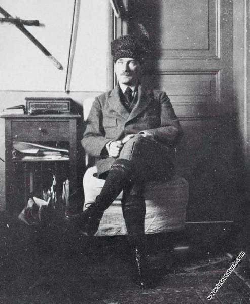 Cumhurbaşkanı Gazi Mustafa Kemal çalışma masası'nd...