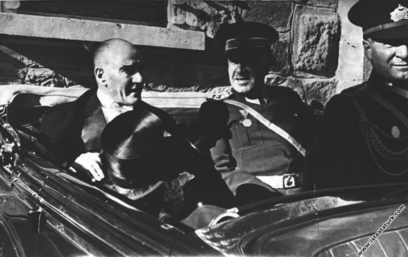 Mustafa Kemal Atatürk Cumhuriyet Bayramı töreninden sonra meclisten ayrılırken. (29.10.1935)