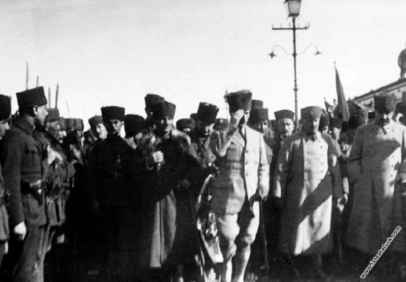 Başkomutan Mustafa Kemal, annesi Zübeyde Hanım'ın ...