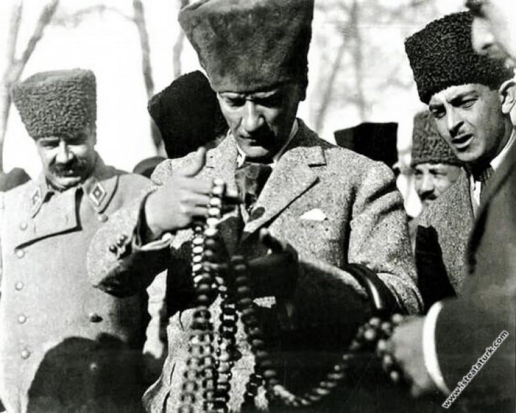 Mustafa Kemal, Genel Kurmay Başkanı Mareşal Fevzi Çakmak'la Eskişehir'de kendisine hediye edilen tespihi inceliyor. (15.01.1923)