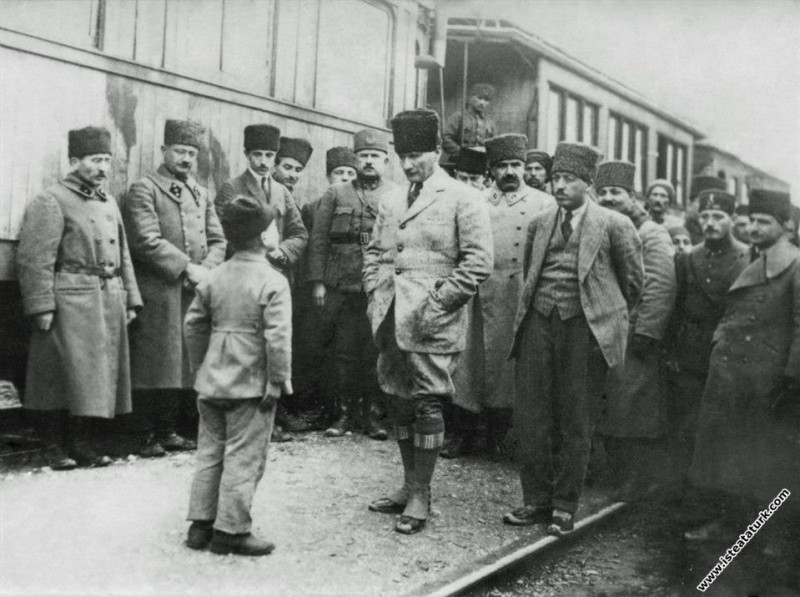 Mustafa Kemal Vezirhan'da, bir çocuk kendisine çok uzun bir şiir okuyor. (16.01.1923)