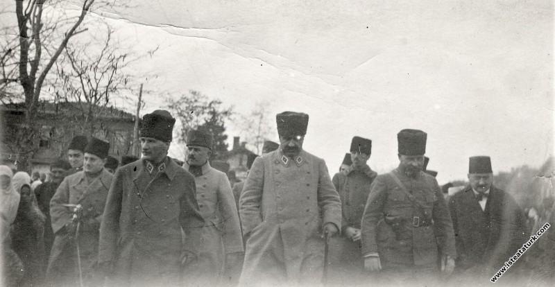 Başkomutan Mustafa Kemal ve beraberindeki komutanl...