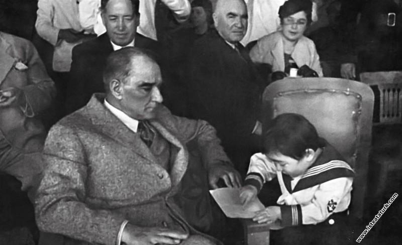 Kemal Atatürk manevi kızı Ülkü Adatepe'ye okuma yazma öğretirken. (10.07.1937)
