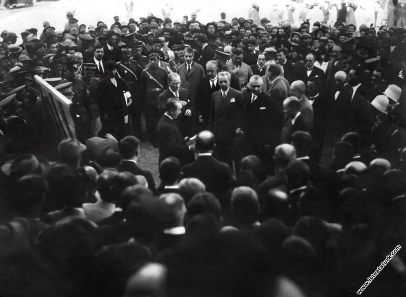 Mustafa Kemal, halka yeni harfleri tanıtıyor, Siva...