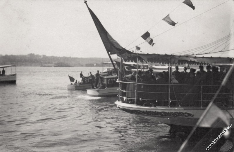 Mustafa Kemal, Ertuğrul Yatı ile İstanbul'a girerk...