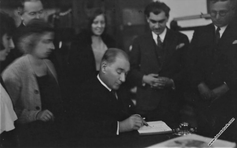 Mustafa Kemal Atatürk İzmir Kız Lisesi'nde hatıra ...