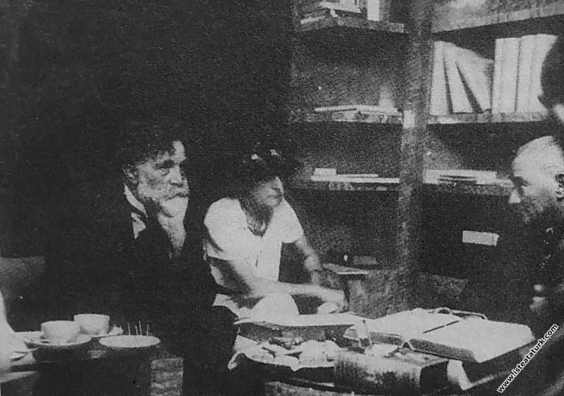 Atatürk Florya'da kütüphanede Afet İnan, Eugene Pi...
