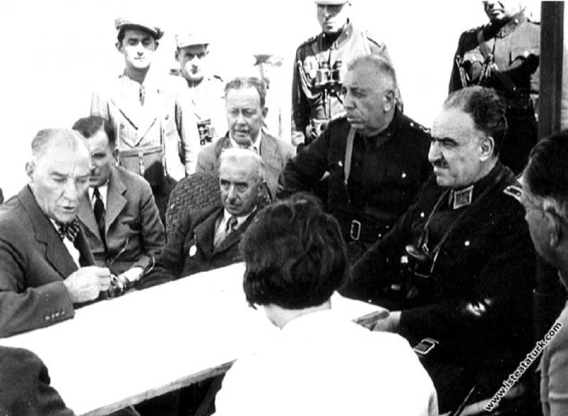 Mustafa Kemal Atatürk, Ege Manevraları'nda, bir di...