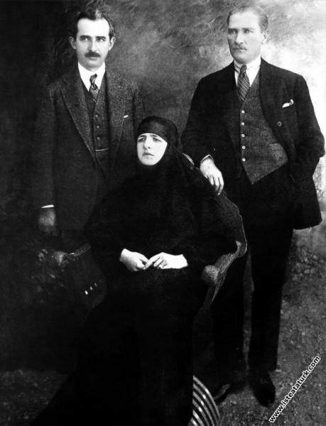 Cumhurbaşkanı Mustafa Kemal, eşi Latife Hanım ve İ...