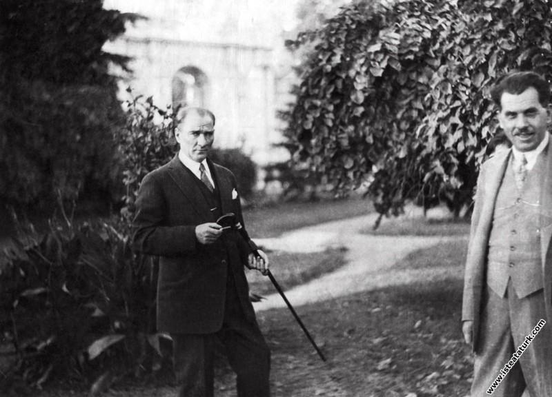 Mustafa Kemal Atatürk Dolmabahçe Sarayı'nda kendis...