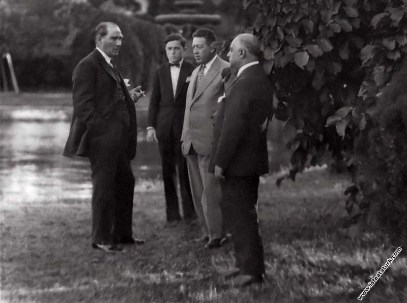 Gazi Mustafa Kemal, Dolmabahçe Sarayı'nın bahçesin...