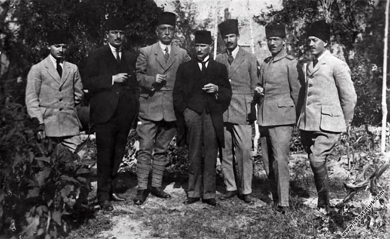 Sivas Kongresi günlerinde arkadaşlarıyla. (4-11.09.1919)