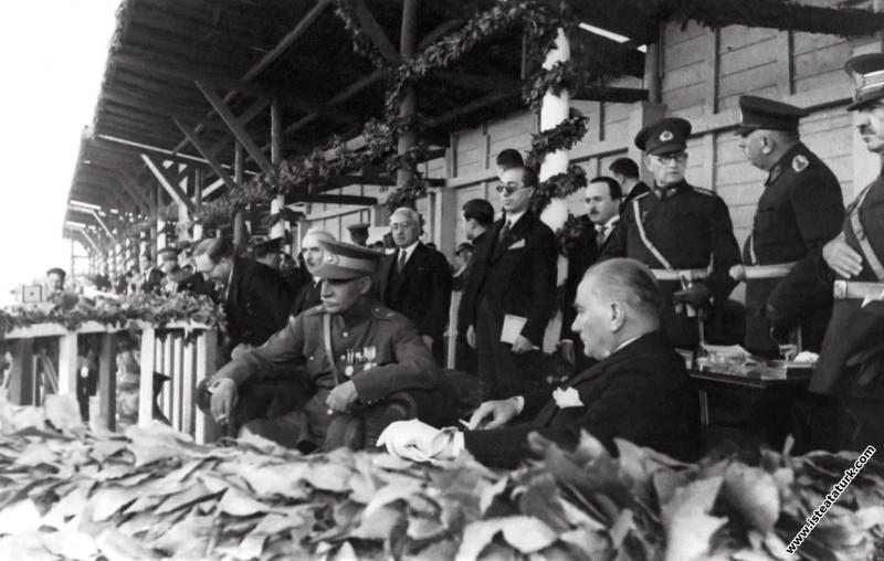Mustafa Kemal Atatürk İran Şahı Rıza Pehlevi'nin Türkiye'yi ziyareti dolayısıyla yapılan törende, Ankara. (17.06.1934)