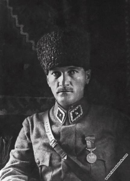 Mustafa Kemal Paşa, karargahında. (09.1922)