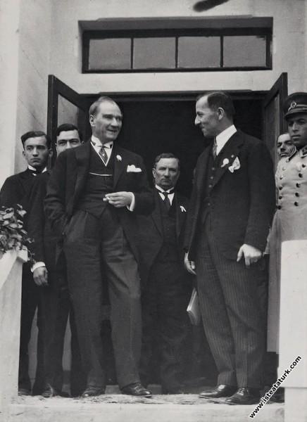 Mustafa Kemal Atatürk Gazi Orman Çiftliği'nde Şükrü Saraçoğlu ile birlikte. (05.05.1930)