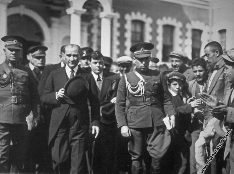 Mustafa Kemal Atatürk Konya'da hükümet binasından ...