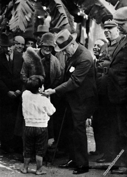 Mustafa Kemal Atatürk Dörtyol gezisinde Afet İnan'...