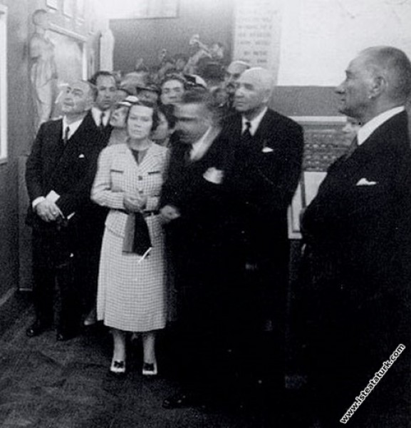 Mustafa Kemal Atatürk, Dolmabahçe Sarayı'nda Resim...