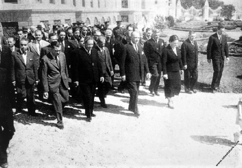 Mustafa Kemal Atatürk, Dolmabahçe Sarayı'nın bir b...