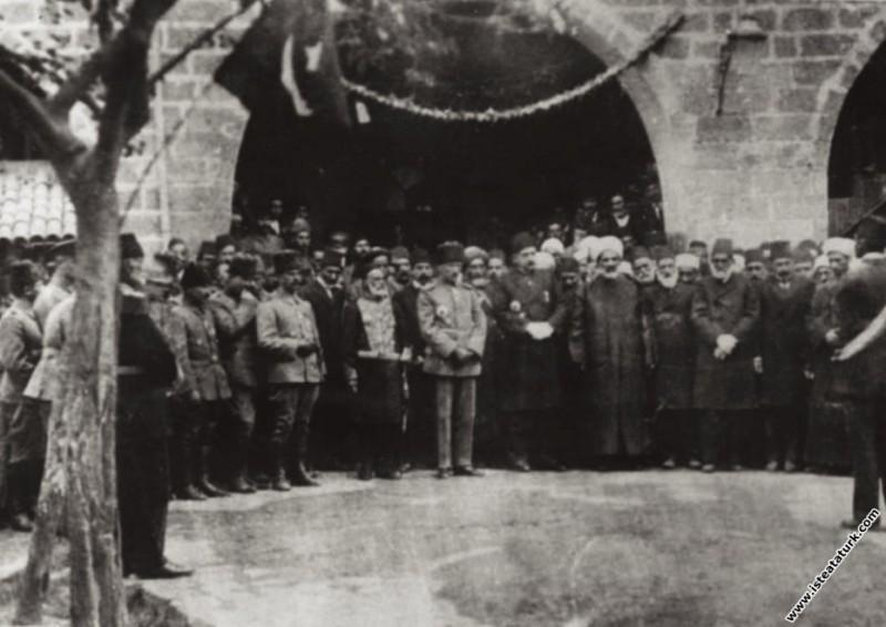 Tümgeneral Mustafa Kemal'in Diyarbakır'da II. Ordu Karargahı'nda toplu çekilen fotoğrafı. (1917)