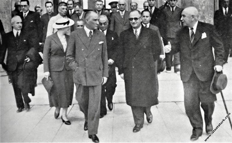 Mustafa Kemal Atatürk, Ankara'ya dönüşünde yeni gar binası hakkında bilgi alırken. (04.10.937)