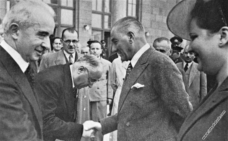 Mustafa Kemal Atatürk'ün, trenle Derince'den Ankara'ya gelişi ve kendisini karşılayan İsmet İnönü ve Celal Bayar'a veda edişi.  (04.10.1937)