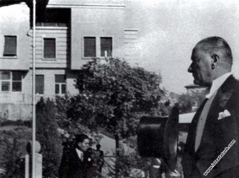 Mustafa Kemal Atatürk, T.B.M.M'nin yeni yasama yılına başlama töreni için geldiği meclis binasına gelirken. (01.11.1937)
