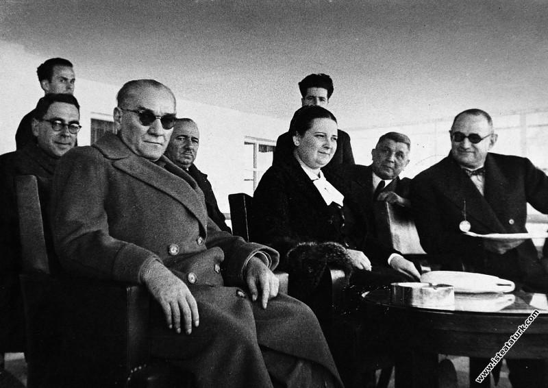 Mustafa Kemal Atatürk, Ankara'da Afet İnan ile birlikte. (03.11.1937)