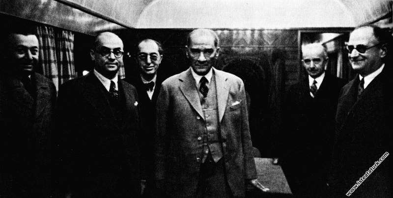 Mustafa Kemal Atatürk, güney illeri seyahatine giderken özel vagonunda. (12.11.1937)