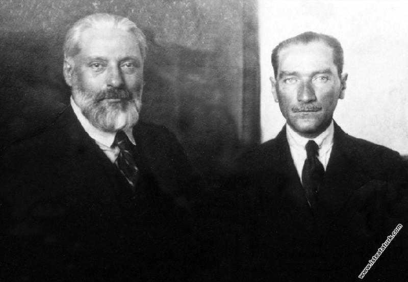 Fransız diplomat ve yazar Claude Farrere ve Mareşa...