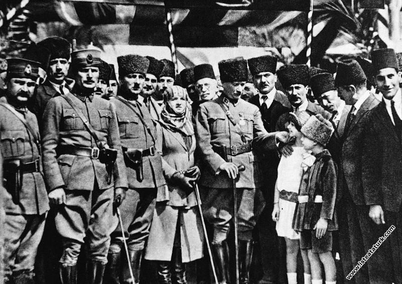 Gazi Mustafa Kemal Paşa, Mersin'de kendisini karşılayanlar arasında gördüğü çocukları severken. (17.03.1923)