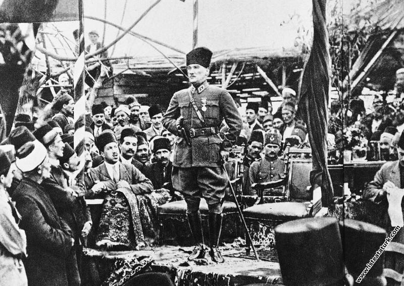 Gazi Mustafa Kemal Paşa Mersin'de, Millet Bahçesinde Mersin'lilere hitap ederken. (17.03.1923)