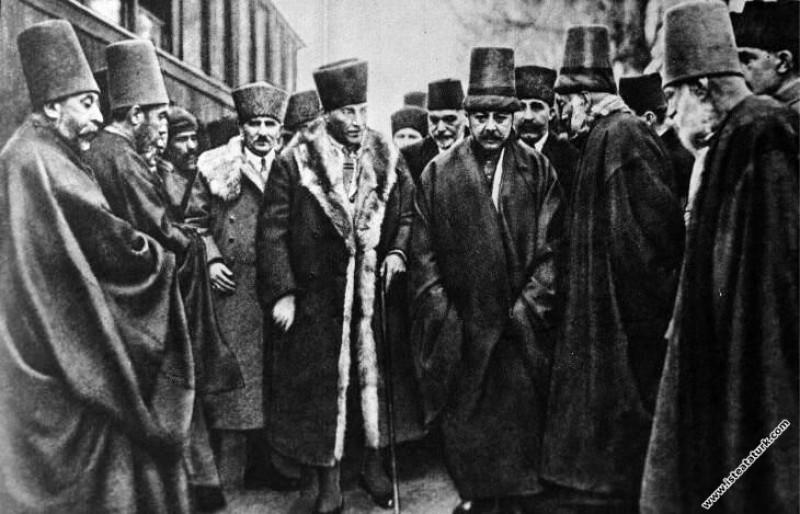 Gazi Mustafa Kemal Paşa'nın Konya'da Mevlana Türbesi ve Dergahını ziyareti sırasında, Mevlevi Dergahı'nda karşılanışı. (22.03.1923)