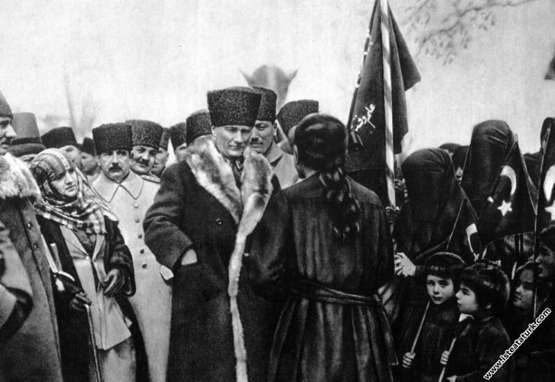 Gazi Mustafa Kemal Paşa, Konya gezisinde halkın içinde. (22.03.1923)