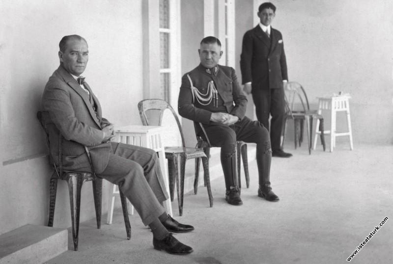 Mustafa Kemal Atatürk Marmara Köşkü'nün terasında ...